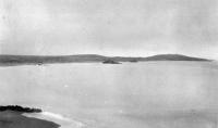 Панорама пляжа, где происходила высадка десанта и потопленные японской артиллерией наши десантные суда.  Левее остатки ПК-8, расстрелянного из противотанковых пушек и взорвавшегося  на собственных глубинных бомбах, далее стоит остов притопленного ДС-5 (LCI(L)-525) и у берега за ним  сгоревшие ДС-43 (LCI(L)-943)  и ДС-9 (LCI(L)-554).  Снимок из личной коллекции участника Курильской десантной операции помощника начальника оперативного отдела штаба КОР майора Леонида Георгиевича Радужанова.