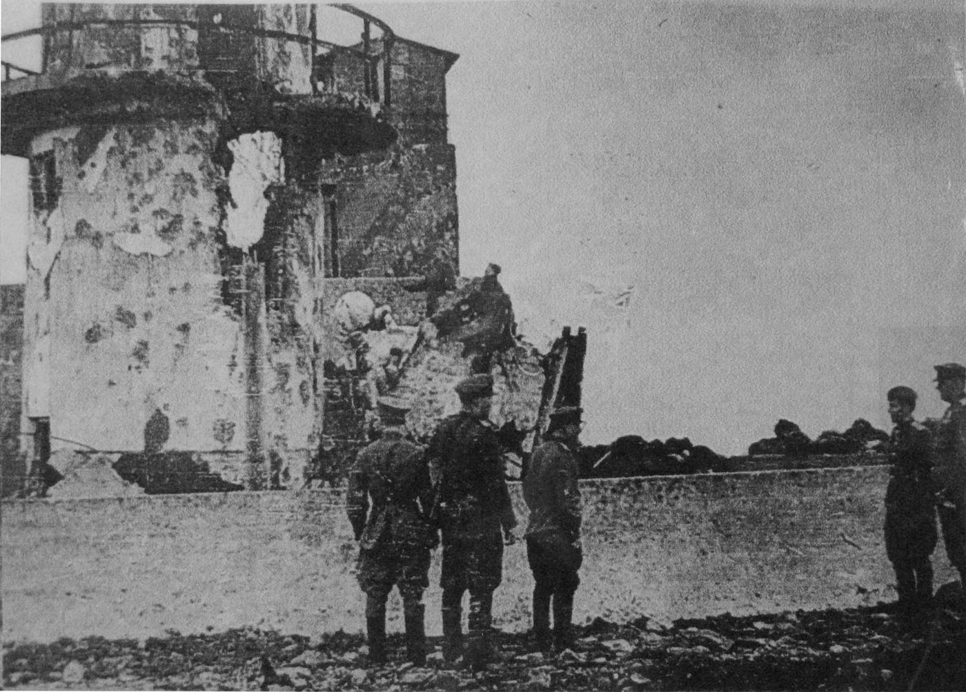 Советские офицеры у сгоревшего японского маяка на мысе Кокутан (Кубатого) острова Шумшу (Курильские острова)
