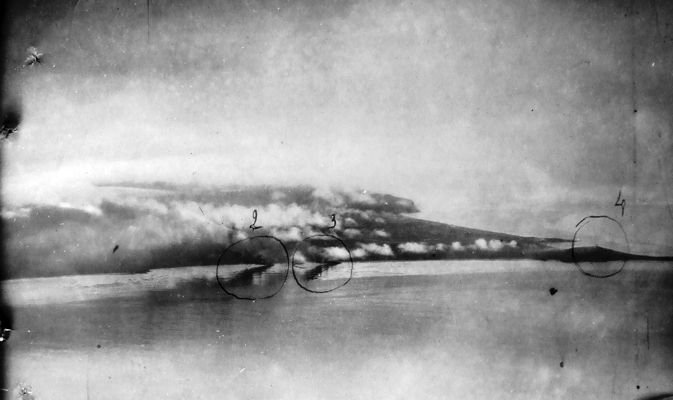 Единственная известная фотография момента высадки советского десанта на остров Шумшу.  Утро 18 августа 1945 г.  Горят ДС-9 (цифра 2) и ДС-43 (цифра 3). Цифрой 4 обозначен маяк на м. Кокутан. Небольшой выступ берега левее от ДС — мыс Такеда (совр. мыс Гурьева) , где были расположены хорошо укрытые огневые позиции японских ПТО, простреливавшие пляж и водную гладь перед ним.