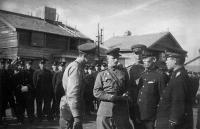 Советские офицеры и японские полицейские на улице города Сикука на Южном Сахалине