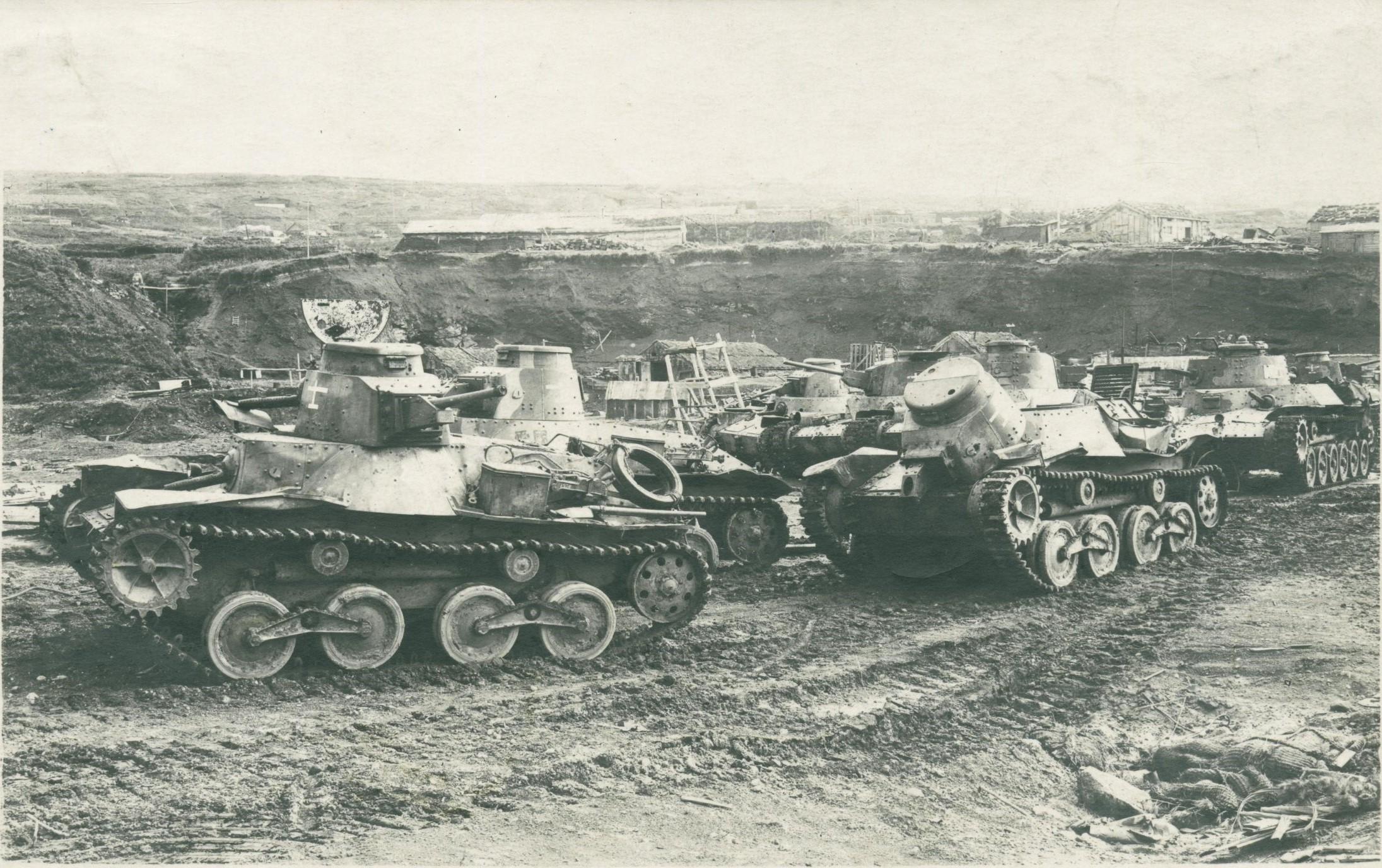 Частично разукомплектованные легкие танки Ха-Го (Тип 95) и средние Чи-Ха 11-го японского танкового полка на окраине военно-морской базы Катаока на острове Шумшу во время капитуляции