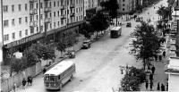 Улица Ленина, слева магазины 'Подарки' и 'Жемчужина'.